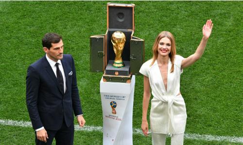 Sieu mau Nga gioi thieu cup vang World Cup