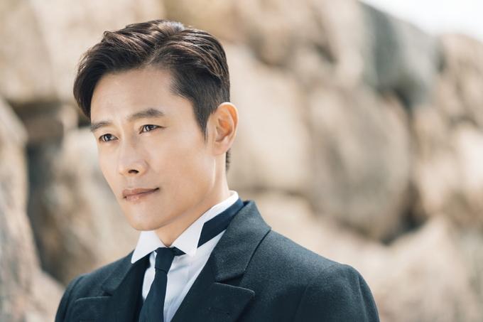 Tạo hình Lee Byung Hun trong bom tấn 'Quý ngài Ánh dương'