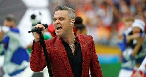 Robbie Williams mặc suit hoạ tiết tại lễ khai mạc World Cup.
