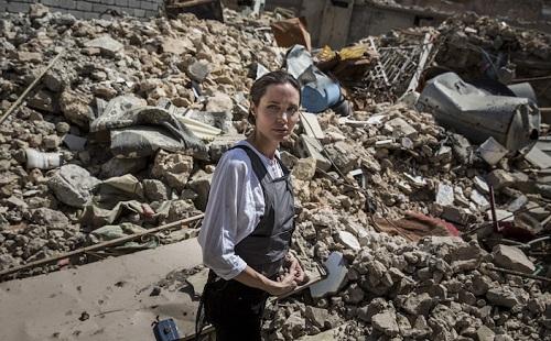 Angelina Jolie tham Iraq sau khi chia quyen tham con voi Brad Pitt