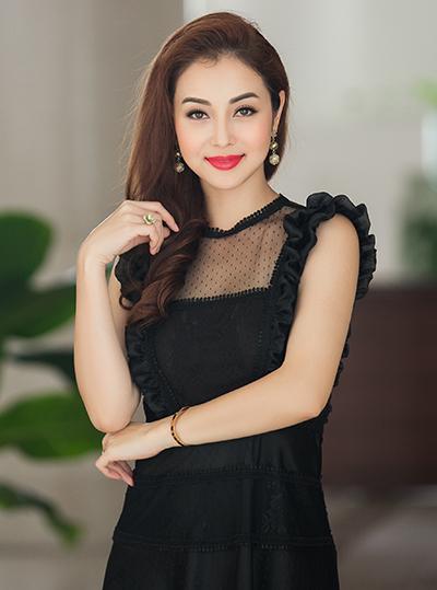 Hoa hậu Jennifer Phạm mặc thiết kếcủa Hà Duy tại buổi họp báo.