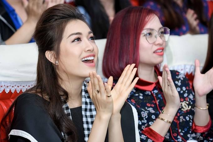 Le Hang Thuy Dung chia se bi quyet thi nhan sac voi sinh vien