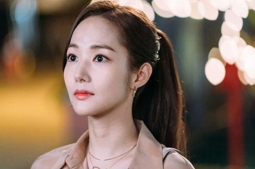 Bên cạnh trang phục màu nhã nhặn, Park Min Young hoàn thiện phong cách công sở khi sử dụng nữ trang nhỏ nhắn, thanh lịch.