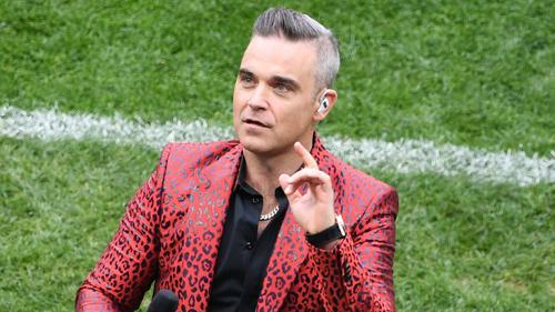 Robbie Williams giải thích lý do gio ngón tay thói ỏ World Cup