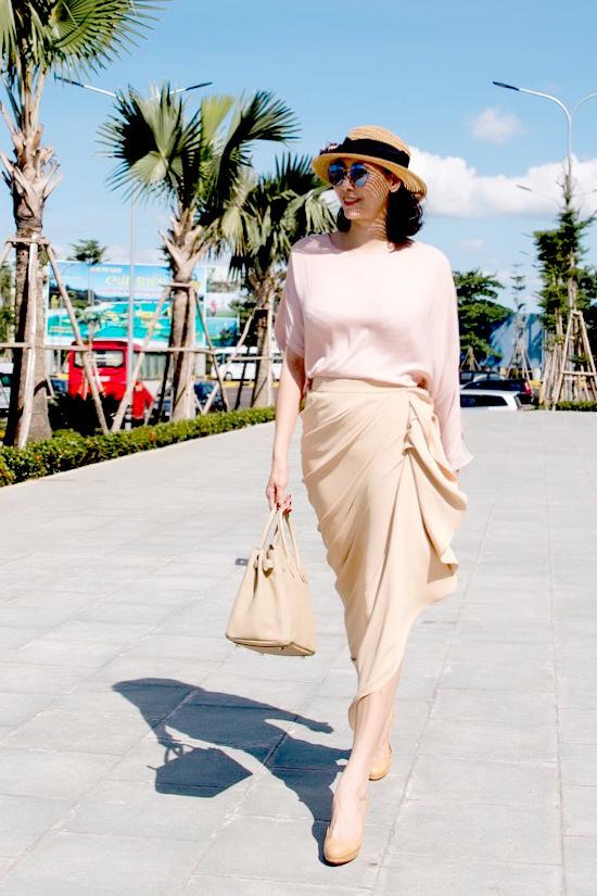 Hà Kiều Anh mặc thanh lịch trong nắng gió Quy Nhơn