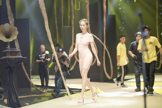 ngoc-trinh-dien-vay-bo-sat-luyen-catwalk