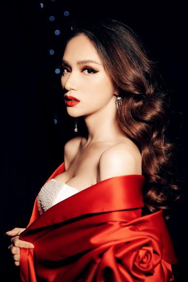 Huong Giang phu nhan di tre bat moi nguoi cho o show Do Long