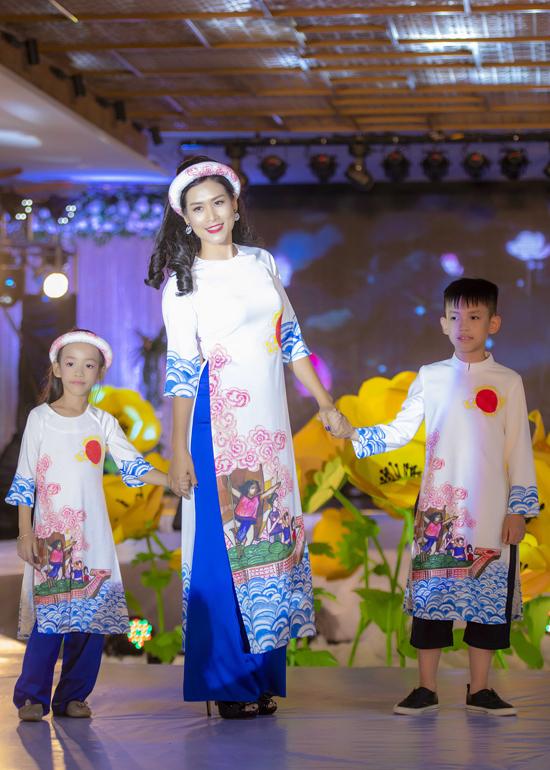 Hà Hương cùng hai con trình diễn áo dài