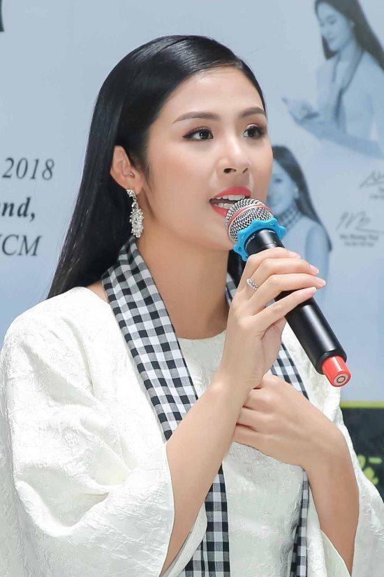 Á hậu Hoàng My hội ngộ dàn người đẹp tại sự kiện