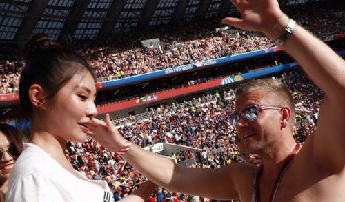 Fan nam om my nhan Trum Huong Cang tren khan dai World Cup