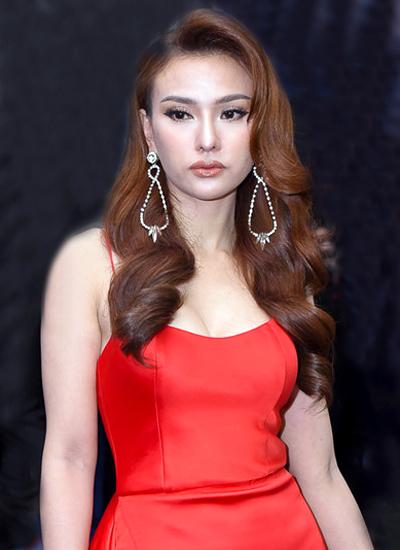 Xuất hiện trong show Xuân Hè 2018 của nhà thiết kế Đỗ Long vừa qua, nữ ca sĩ khiến nhiều người ngỡ ngàng với chiếc mũi sưng phồng.