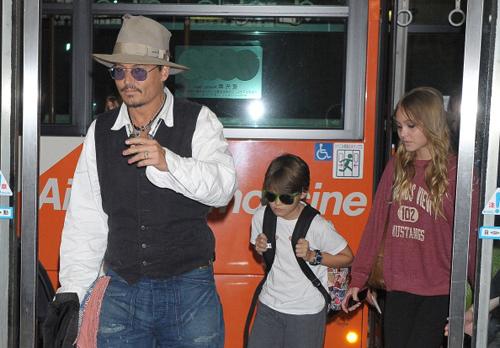Con trai Johnny Depp óm nạng
