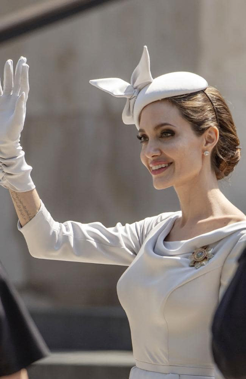 Angelina Jolie mặc theo phong cách hoàng gia Anh