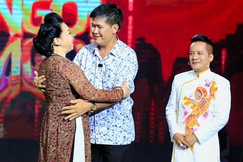NSND Bạch Tuyết (trái) và Minh Nhí (phải) lên sân khấu hội ngộ Phước Sang.