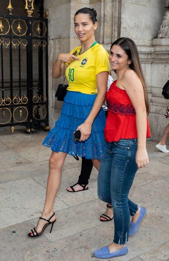 'Thiên thần nội y' mặc áo mang số của Neymar tới tuần thời trang