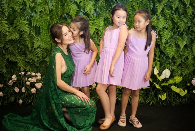 Hoa hau Phuong Le dat ba con gai nho den su kien
