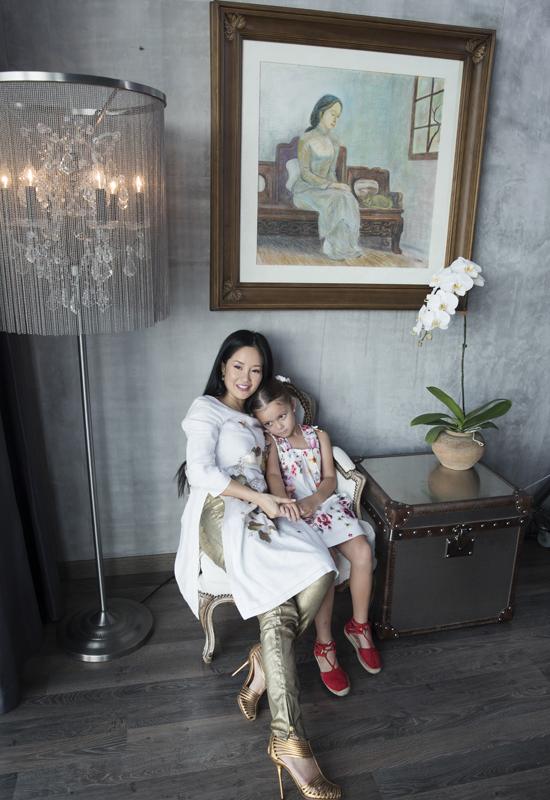 Hong Nhung quay quan ben hai con trong nha rieng