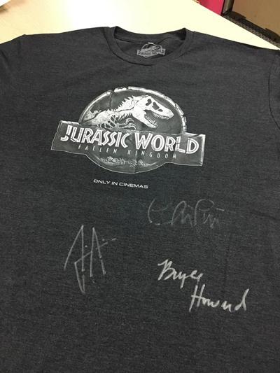 Quà tặng có chữ ký của diễn viên phim.