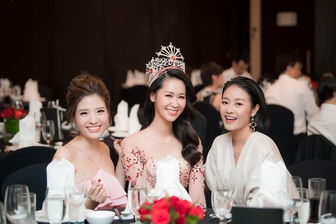 Bo me chong du tiec mung Duong Thuy Linh la hoa hau