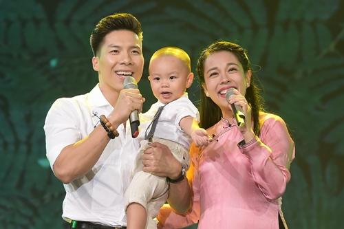 Quốc Nghiệp song ca cùng vợ trên sân khấu. Ảnh: Lý Võ Phú Hưng.