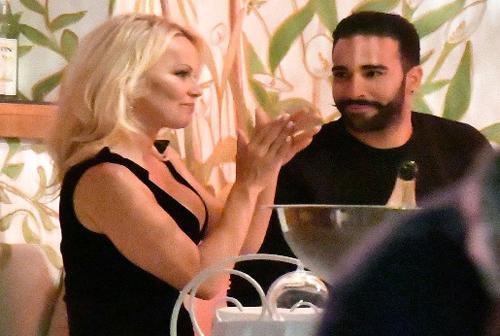 Bom sex Pamela Anderson dén Nga cỏ vũ tình trẻ ỏ dọi Pháp
