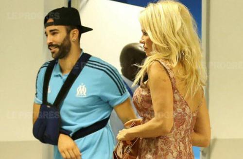 Sau khi gắn bó, Pamela Anderson chuyển sang Pháp sinh sống cùng tình trẻ. Cô nhiều lần có mặt trên khán đài cổ vũ khi Adil Rami thi đấu cho câu lạc bộ Marseille. Ngày 10/7, mỹ nhân 51 tuổi cũng tới Nga ủng hộ người yêu trẻ và đội tuyển Pháp của Adil Rami chiến thắng Bỉ để vào chung kết World Cup 2018.
