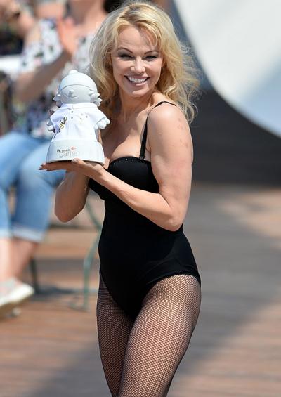 Hình ảnh bom sex của Pamela Anderson cũng gắn với loạt phim Baywatch đình đám.