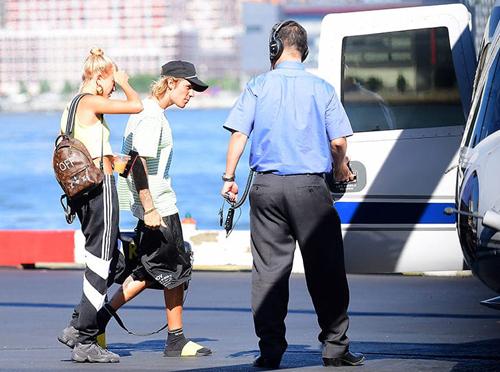 Justin Bieber di trục thang ra mát gia dình bạn gái