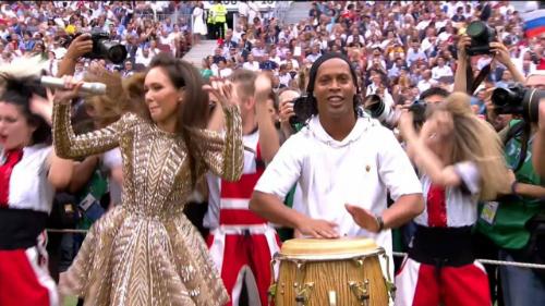 Cưu cầu thủ Brazil Ronaldinho (áo trắng) hào hứng đánh trống bên dàn vũ công Nga. Trước đó, đồng hương của anh - Ronaldo - cũng xuất hiện ở lễ khai mạc.