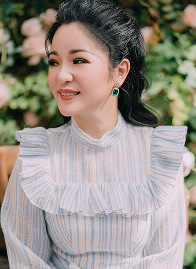 Thuy Nga So toi song khong dan ong ben canh