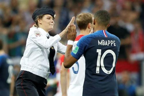 Một thành viên của nhóm Pussy Riot thậm chí còn đập tay với tiền đạo Mbappe của Pháp.