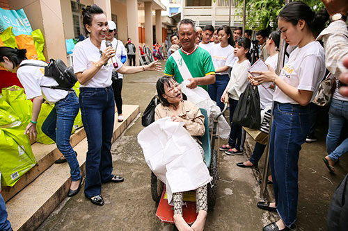 Hoa hau Nhan Ai Do Lan trao 1.000 phan qua tai Long An