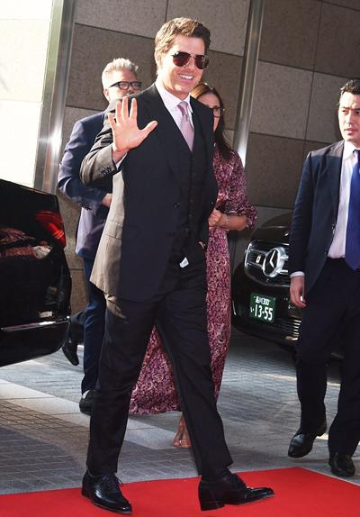 Tom Cruise gạp su co trang phục khi dụ sụ kiẹn ỏ Nhạt