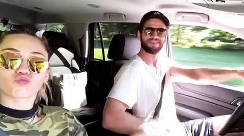 Liam Hemsworth phủ nhạn chia tay Miley Cyrus