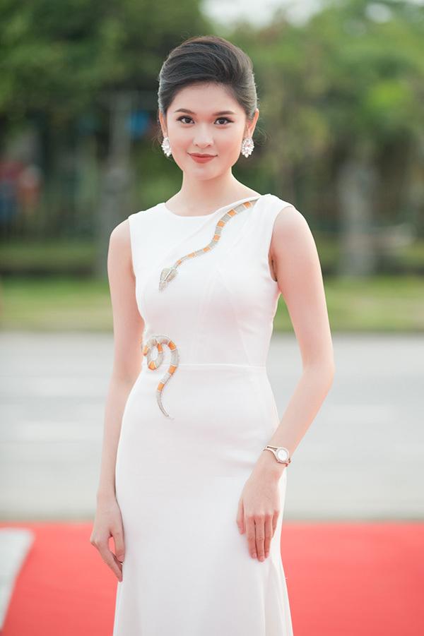 Hoa hau Ngoc Khanh rang ro tren tham do