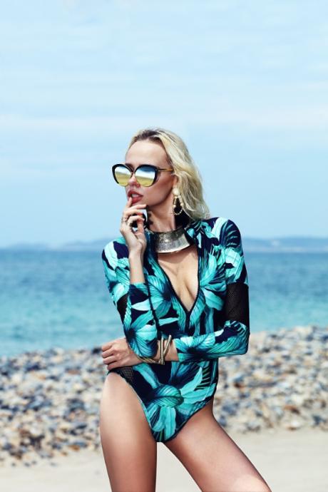 Mẫu kính gương phủ vàng của Linda Farrow, thuộc dòng kính cao cấpsang trọng và quý phái cùngkhả năng chống chói trướccường độ ánh sáng mạnh khi đi biển.Creative director: Henri Hubert;Photographer: Cuong Tong; Model: Vlada (PMD Model); Make up: Andy Phan; Retouch: Thi Doan; Stylist: Anna Tran; Sunglasses: Miluxe Eyewear; Location: Mia Resort Nha Trang; Production: Le Nom Vietnam.