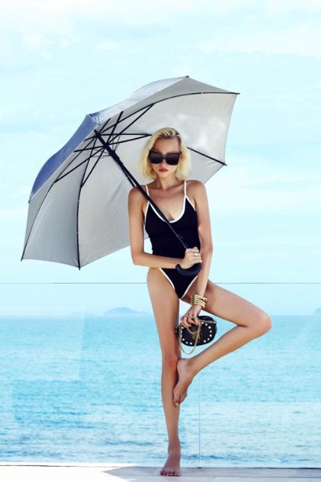 Mẫu kính oversize với thiết kế nổi bật như hình đôi cánh dang rộng từ nhà mốt Italy -N21được yêu thích tại các kinh đô thời trang thế giới.Ánh vàng nổi bật trên mắt kính tạo điểm nhấn cho người dùng dù diện bộ đồ tối giản.