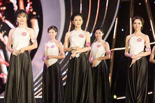 Các thí sinh mặc áo yếm trong phần trình diễn mở màn.
