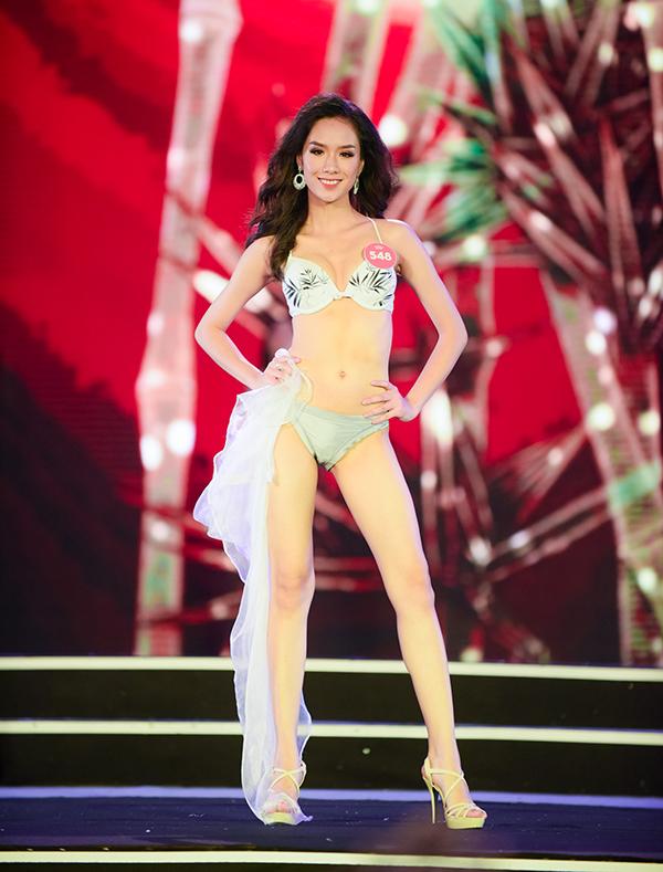 Thi sinh Hoa hau Viet Nam trinh dien bikini