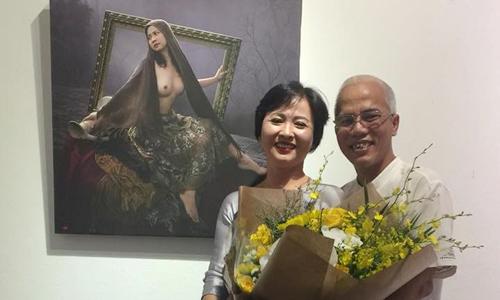 Dương Quốc Định và vợ - Mộng Hà - tại triển lãm ảnh nude ở Hà Nội. Họ chụp cùng tấm hình nude của bà Mộng Hà thời trẻ.