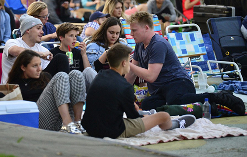 Harper Beckham cát tóc ngán di xem phim cùng các anh trai