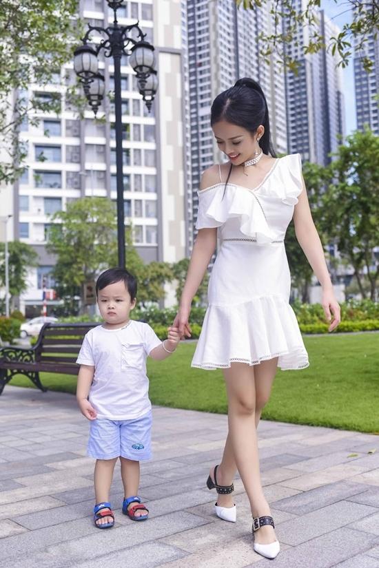 Thanh Truc dat con trai hai tuoi dao cong vien