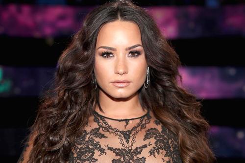 Demi Lovato khong tỉnh táo trong dem diẽn truóc ngày sóc ma túy