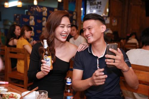 Fan Da Nang bat ngo khi duoc Mau Thuy tang qua sinh nhat