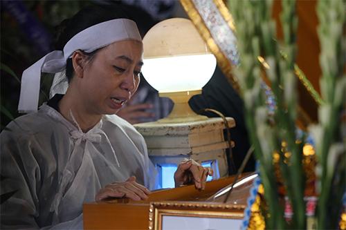 Chị Phương Đào - vợ nghệ sĩ Thanh Hoàng - bên linh cữu chồng trước giờ làm lễ động quan.