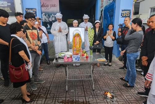 Nhiều đồng nghiệp, học trò bật khóc khi linh cữu nghệ sĩ Thanh Hoàng về thăm mái nhà xưa 5B Võ Văn Tần trước khi đưa đi hỏa thiêu.