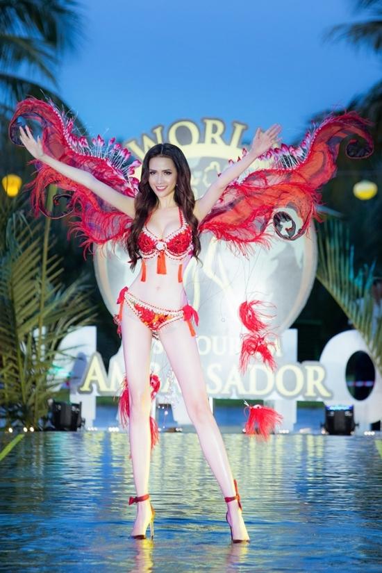 Phan Thi Mo thi bikini cung cac nguoi dep quoc te o Hoi An