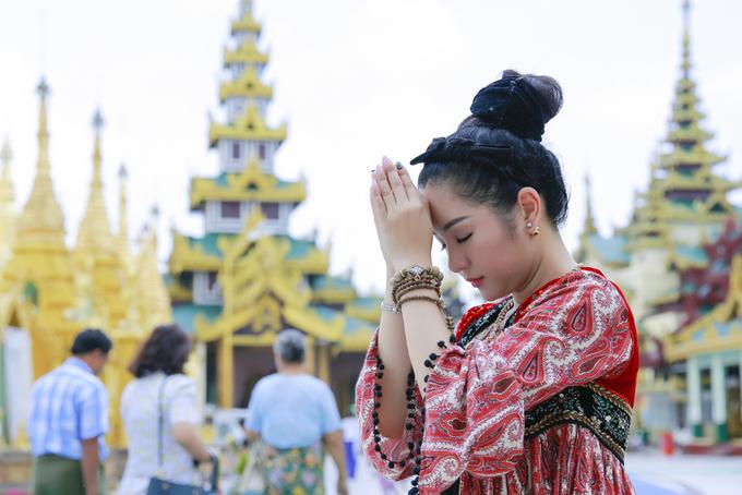Thúy Nga diện áo dài vãn cảnh chùa ở Myanmar