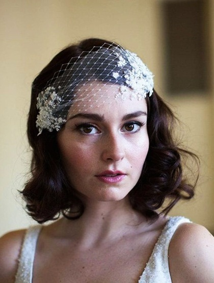 Lúp cưới là phụ kiện dành cho những cô dâu thích phong cách vintage, retro... Khi chọn lúp cưới dạng tổ chim - Birdcage veil, cô dâu nên chọn tông trang điểm trầm với màu môi trầm.