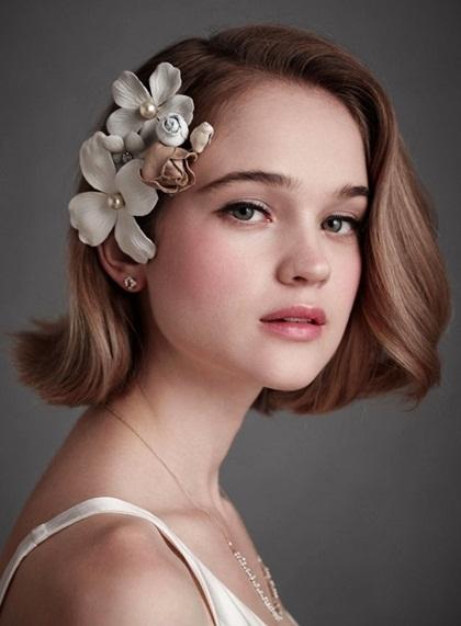 Chuyên gia làm đẹp gợi ý những cô nàng tóc ngắn nên chọn một chiếc kẹp tóc mai đính hoa bản to để làm nổi bật kiểu tóc lẫnkhuôn mặt.